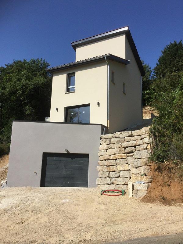 Construction d'une maison sur terrain en pente, dans le Rhône 69, maison construite sur étage.